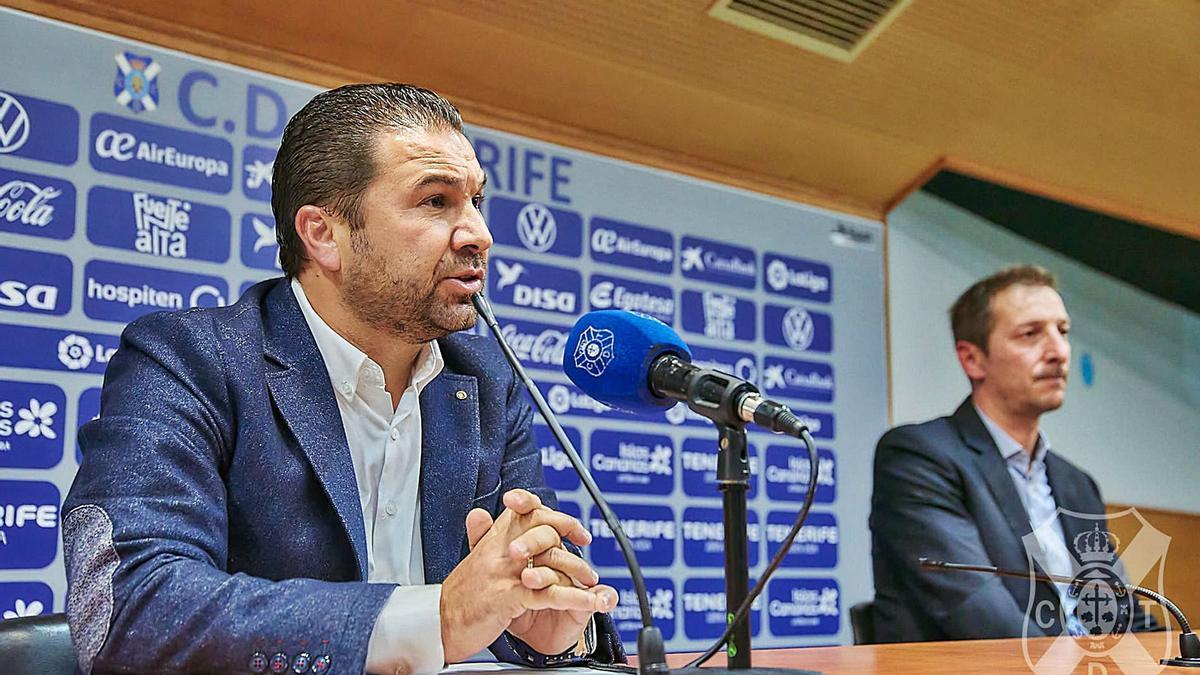Juan Carlos Cordero y Luis Miguel Ramis, el día de la presentación de este como entrenador del CD Tenerife.