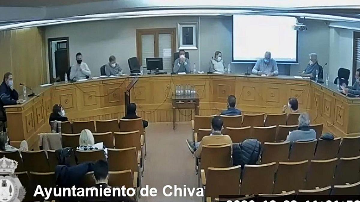 Una imagen del pleno de Chiva el martes, con Máñez en el escaño de la derecha. | LEVANTE-EMV