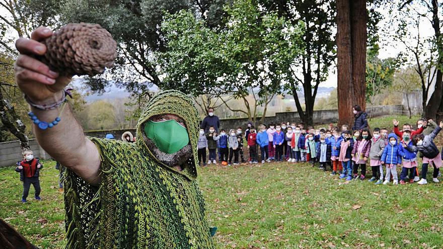 Anxo Moure enseña a defender los bosques en Donramiro y Prado
