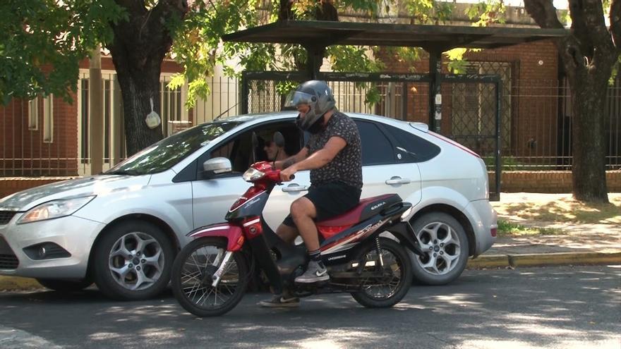 Este semáforo inteligente no se pone en verde si no llevas el casco en la moto