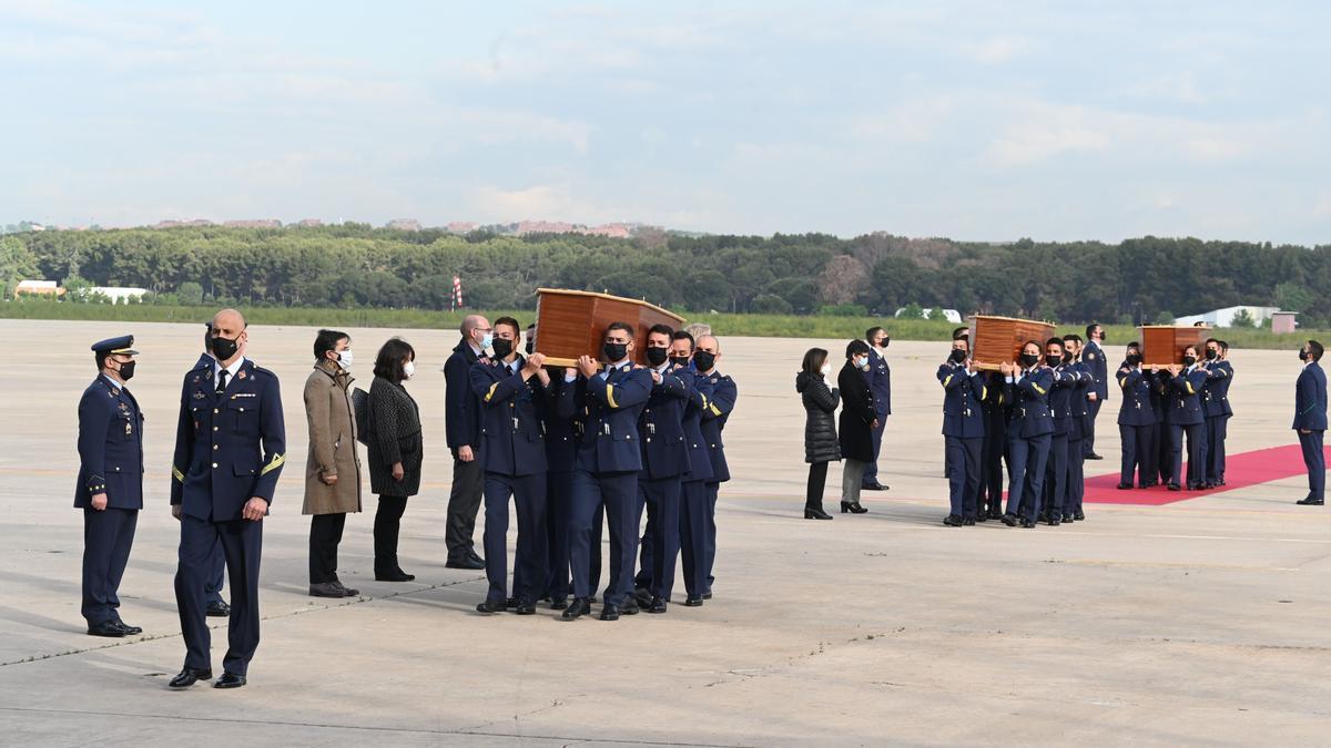 Los cuerpos de los periodistas han llegado este viernes a Madrid.