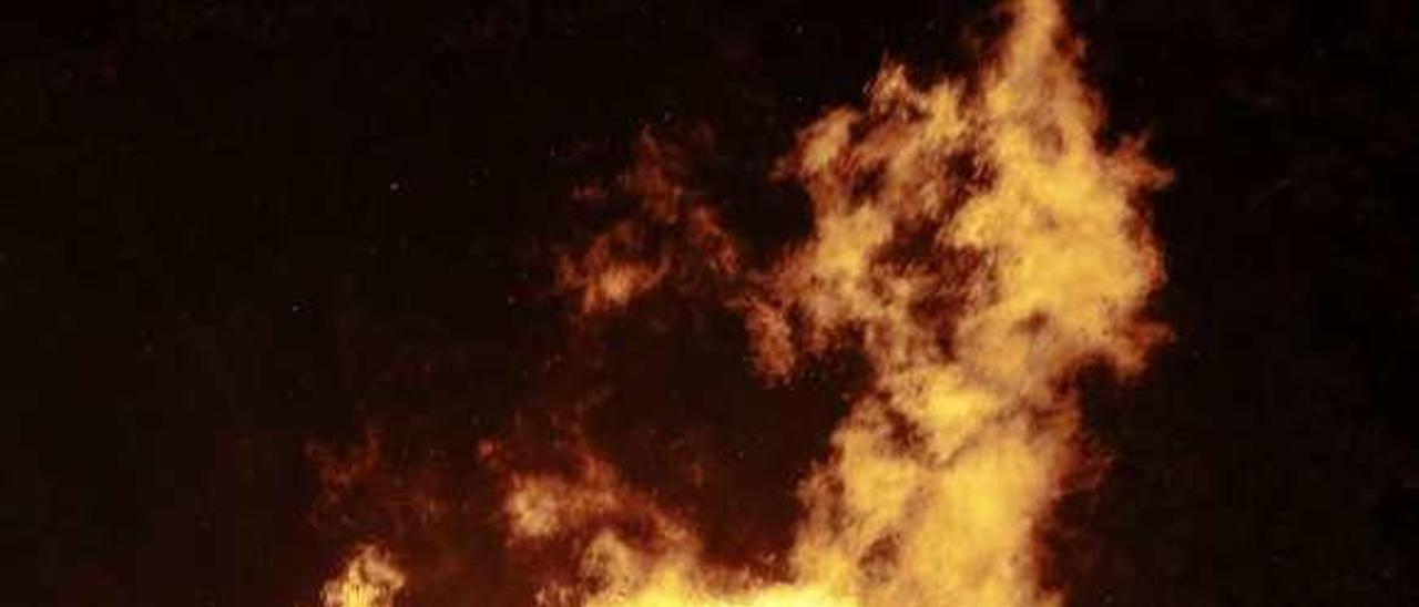 Asistentes a una foguera de San Juan en Trasona.