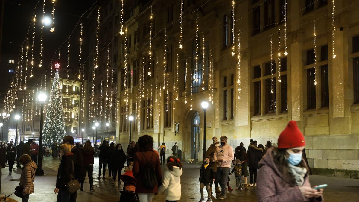 Ambiente navideño en las calles de Gijón.