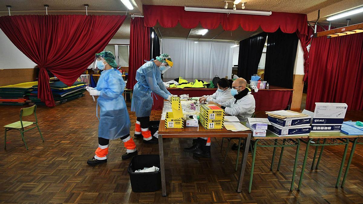 Profesionales sanitarios se disponen a realizar un cribado ayer en el colegio O Cruceiro de Sanxenxo. |  // GUSTAVO SANTOS