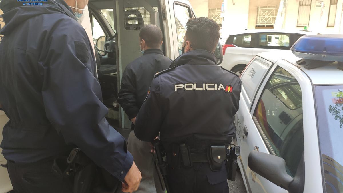 Agentes de la Policía Nacional trasladan detenido al violento atracador.