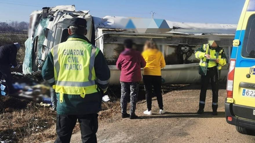Vuelca un camión cargado de gasoil en Matilla de Arzón