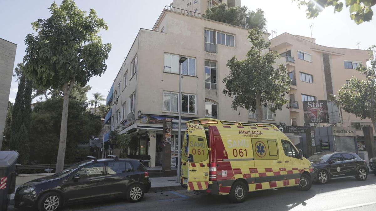 Dos heridos al caerles encima la estructura de una terraza en la calle Joan Miró
