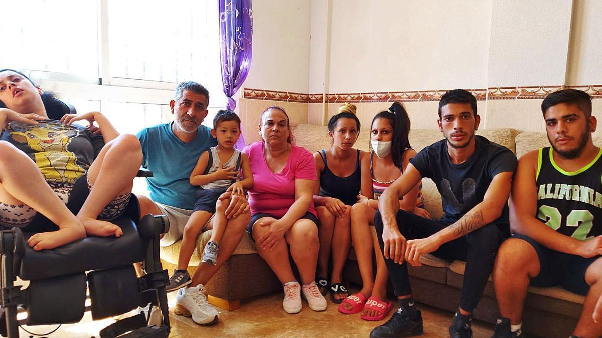 La familia Hernández-Núñez, en la vivienda que ocupan ilegalmente en Cuevas de Reyllo, Fuente Álamo. | L.O.