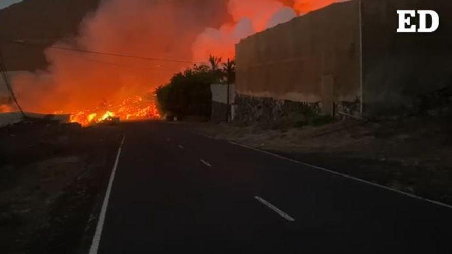 La lava traspasa la carretera de la costa en Los Llanos de Aridane
