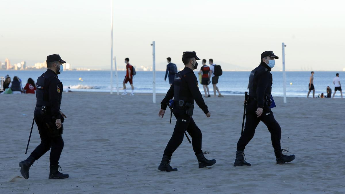 Buscan a un joven desaparecido en el agua de la playa de la Malva-rosa