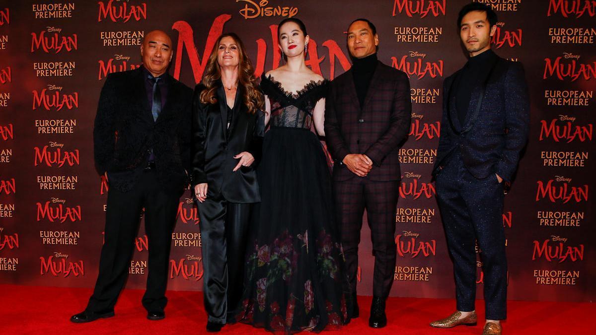 """Los miembros del reparto Ron Yuan, Yifei Liu, Jason Scott Lee y Yoson An posan con el director Niki Caro, en el estreno europeo de la película """"Mulan"""" en Londres."""