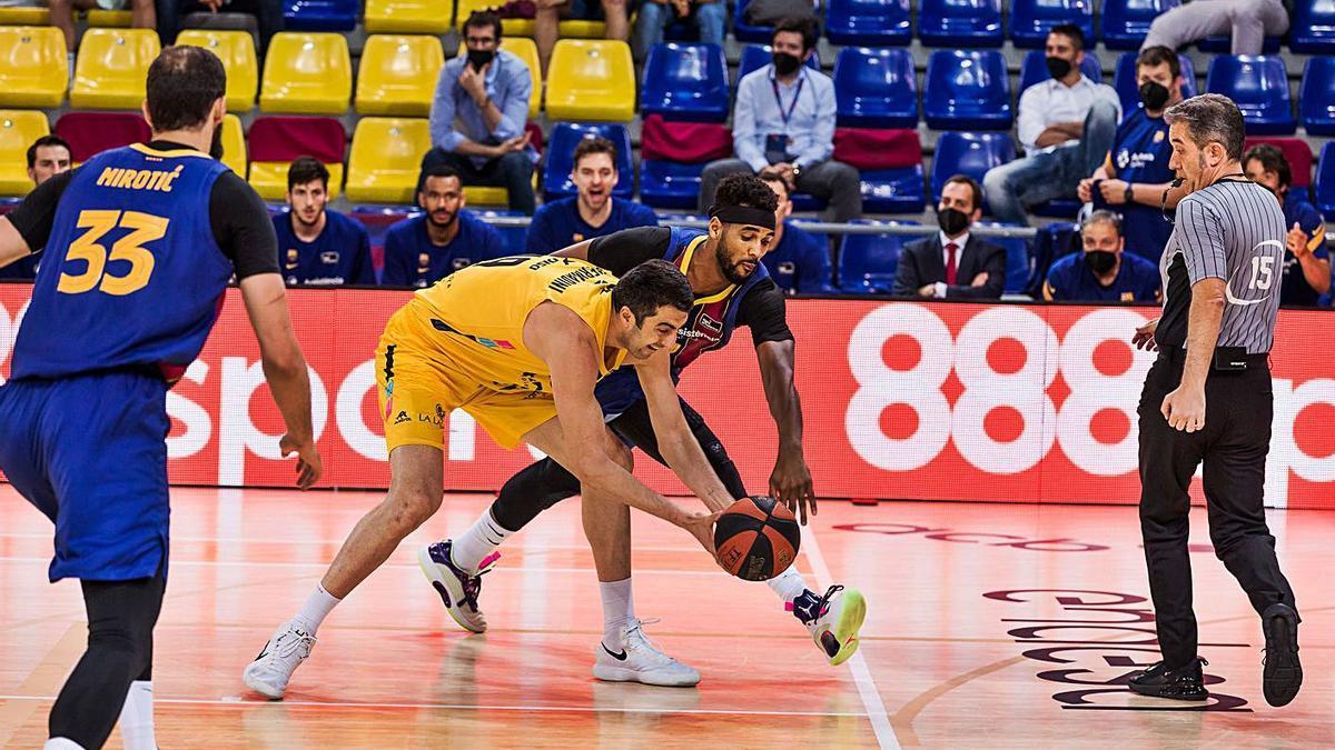 Brandon Davies trata de robarle el balón a Shermadini. | | AFP
