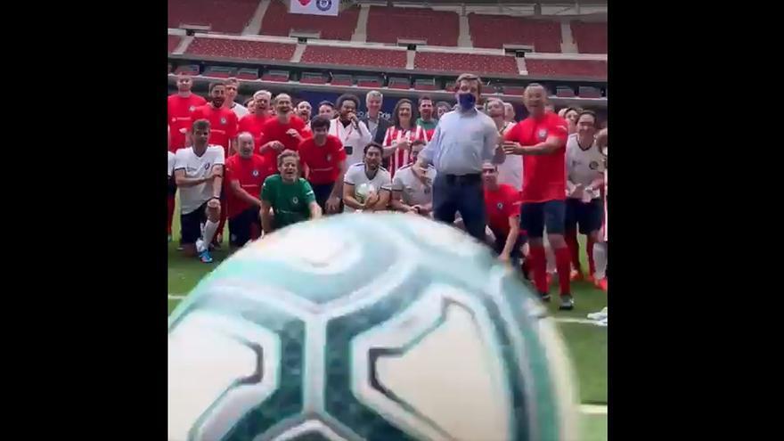Martínez-Almeida golpea a un cámara al chutar un balón