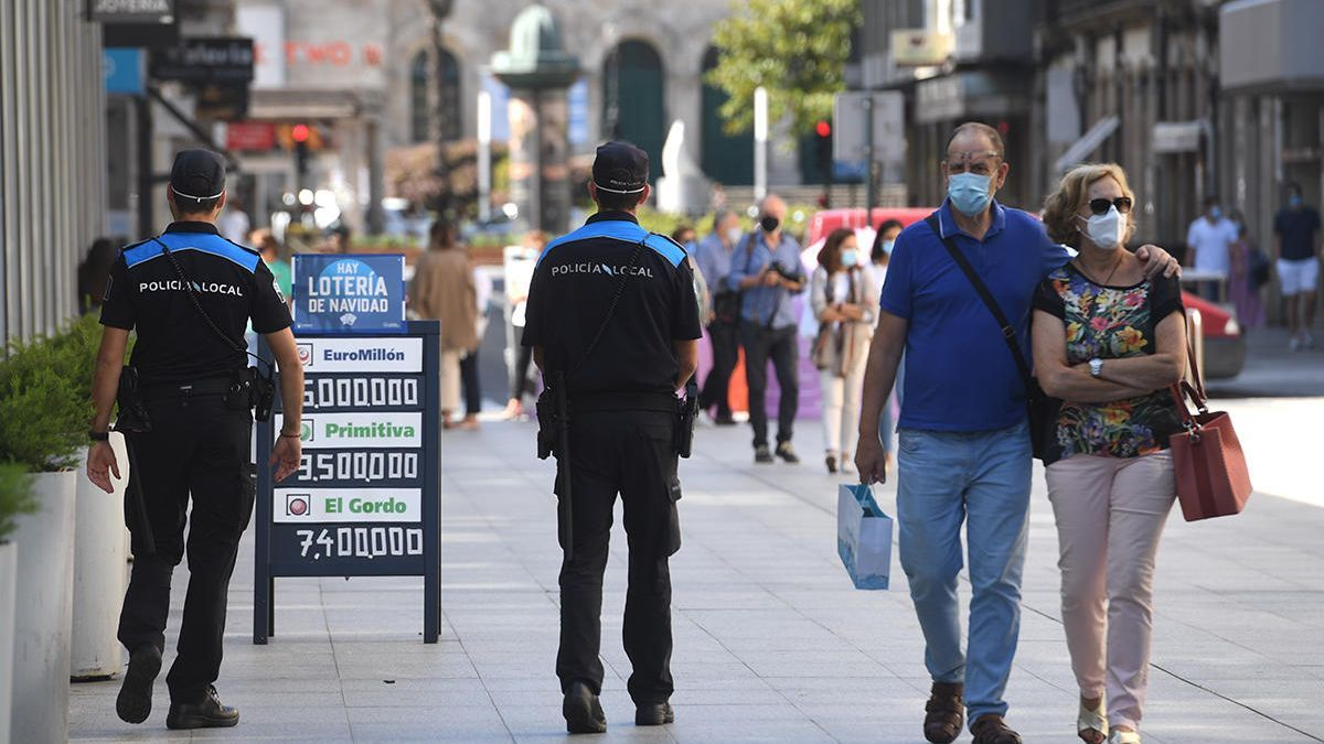 Policías vigilan el cumplimiento de las normas en el centro de A Coruña // LOC