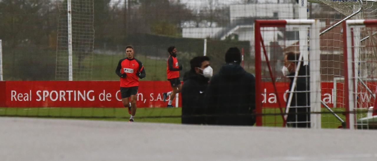 La plantilla del Sporting durante el primer entrenamiento en Mareo tras el brote de covid