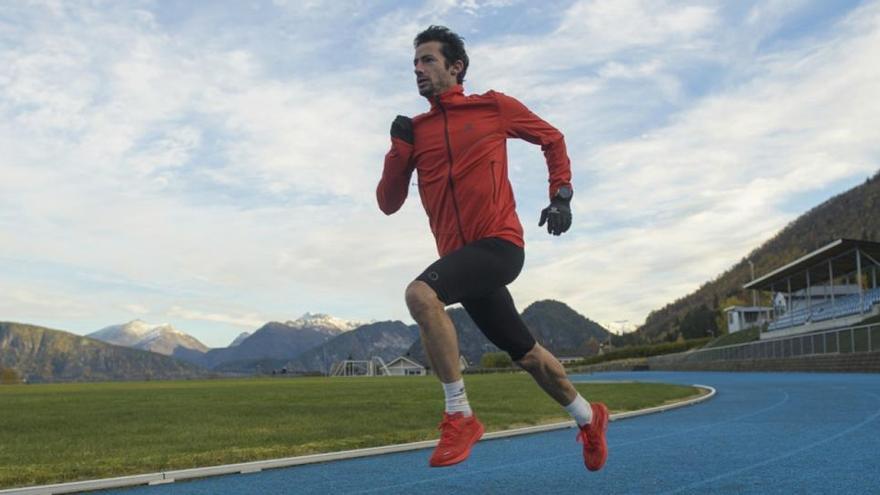 Kilian Jornet abandona el intento de récord corriendo durante 24 horas en pista