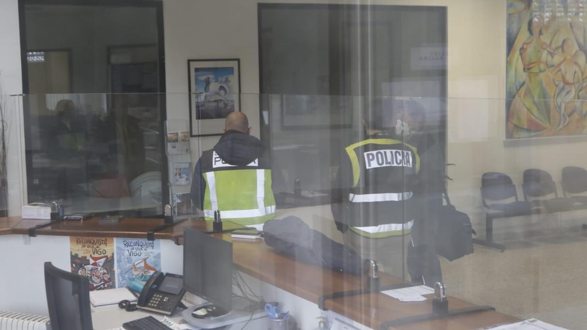 Los agentes, en el interior de la sede del Colegio