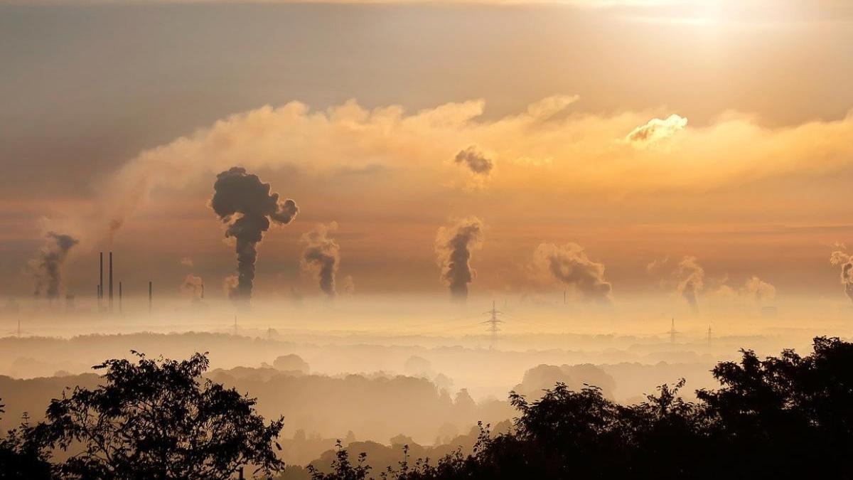 El humo de varias fábricas colorea el horizonte