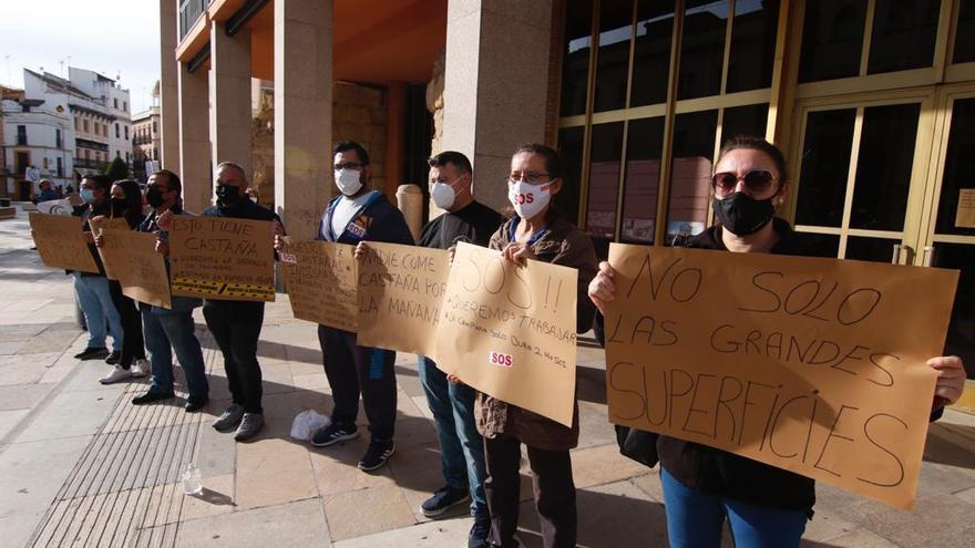Los castañeros protestan frente al Ayuntamiento por el cierre adelantado a las 6
