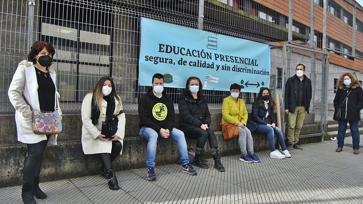 Una protesta de padres de alumnos, reclamando la presencialidad.   A. I.