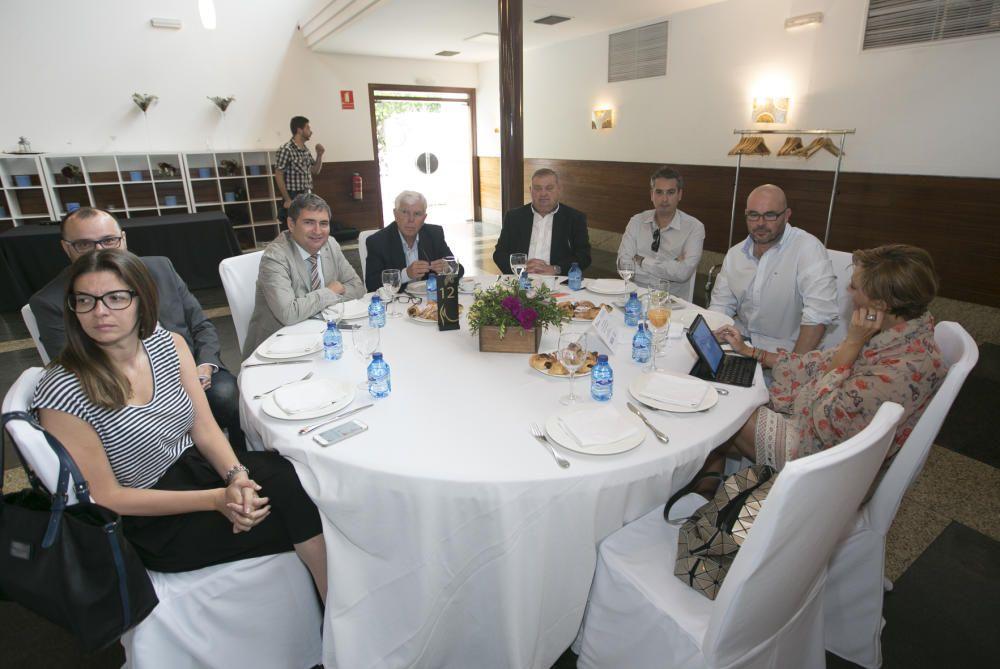 De izquierda a derecha, Teresa López (gerente del Círculo de Economía); David Navarro (redactor de Economía de INFORMACIÓN); Ezequiel Moltó (director de Comunicación de Vectalia); José Trigueros (Esatur); Cristóbal Valdés (presidente de la Federación de Transporte); Rodolfo Martínez (responsable de redes sociales de la UA); y María Martín (directora de Comunicación de la UA).