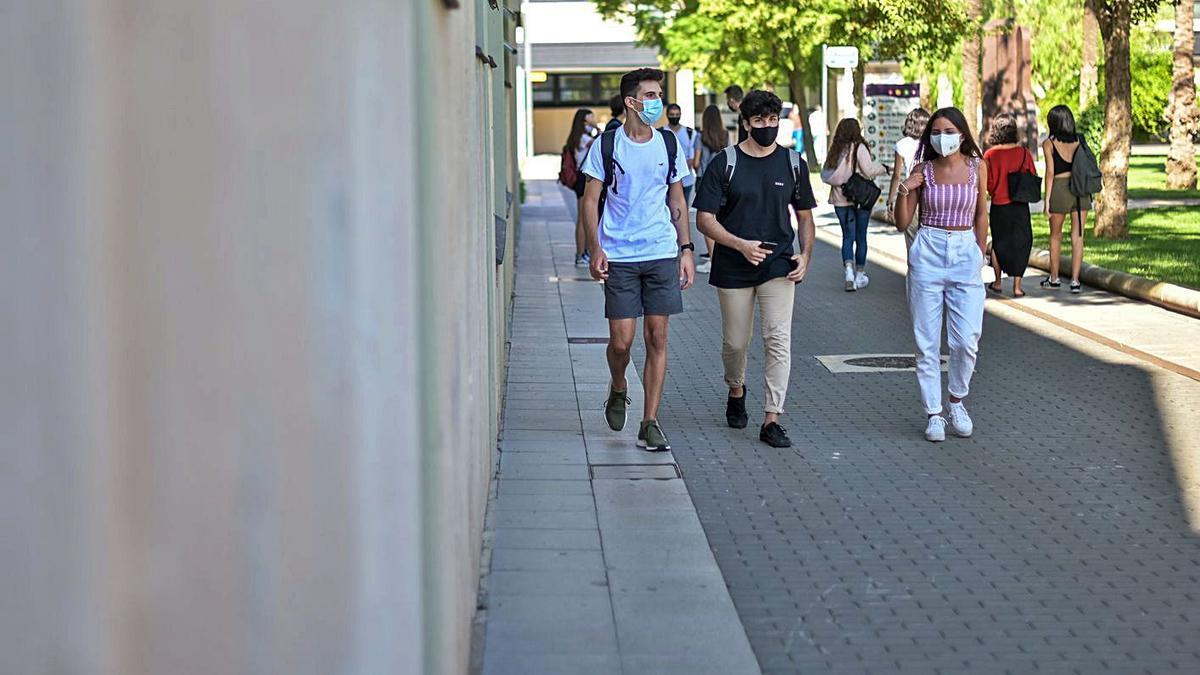 Estudiantes de la UPV en el campus de València.