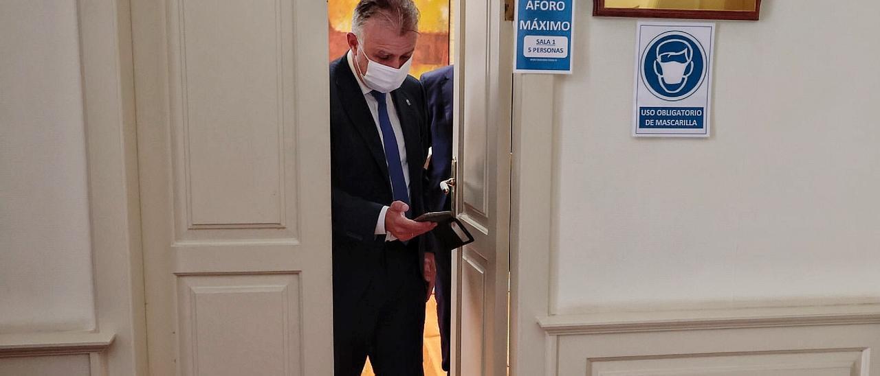 Ángel Víctor Torres sale de su despacho en el Parlamento de Canarias