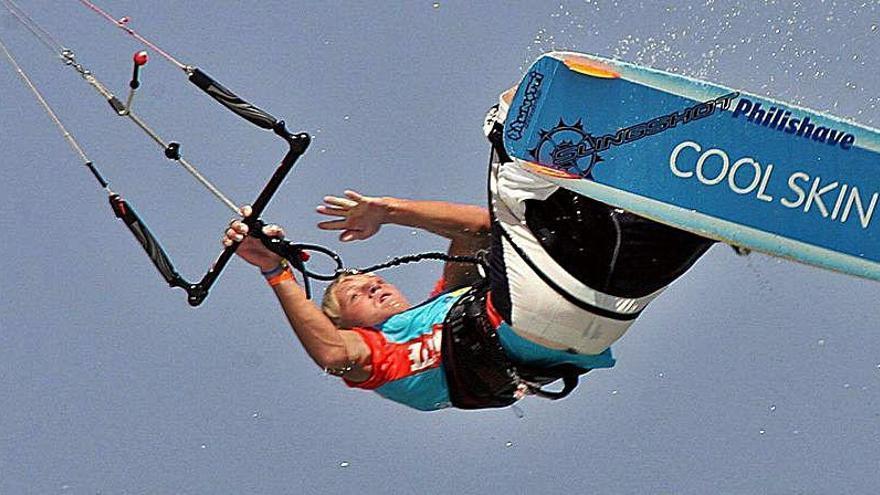 Herido grave un kitesurfista al caer desde 15 metros