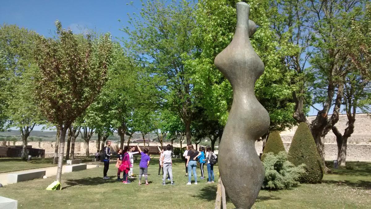 Estatua de Baltasar Lobo en los jardines del Castillo.