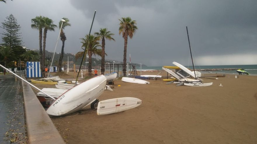 Cinco minutos de temporal destrozan un 'párking' de embarcaciones ligeras en Benicàssim