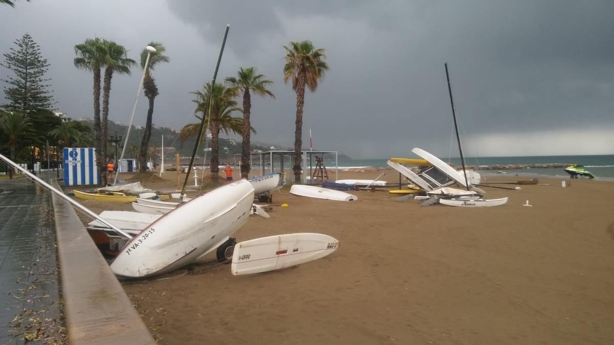 Imagen de las embarcaciones amontonadas en la playa
