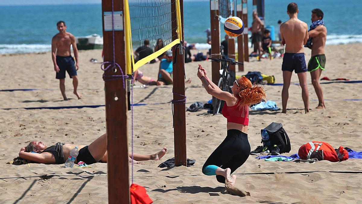 El buen tiempo llenó la playa de la Malva-rosa y animó a los visitantes a practicar deporte.    F. CALABUIG