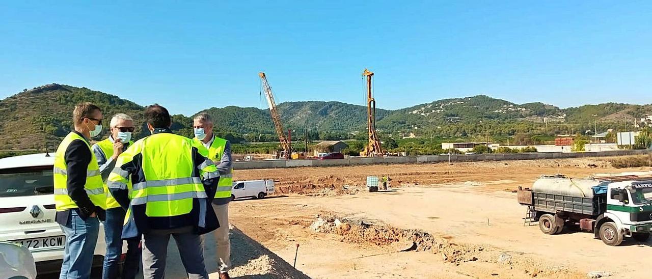 El alcalde, David González, habla con técnicos en su visita al lugar de las obras, ayer. | LEVANTE-EMV