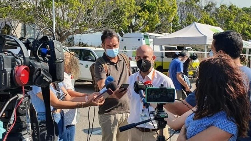 """El subdelegado del Gobierno alerta de que el incendio """"está cogiendo una extensión importante"""" y confía en una """"tregua"""" del viento"""