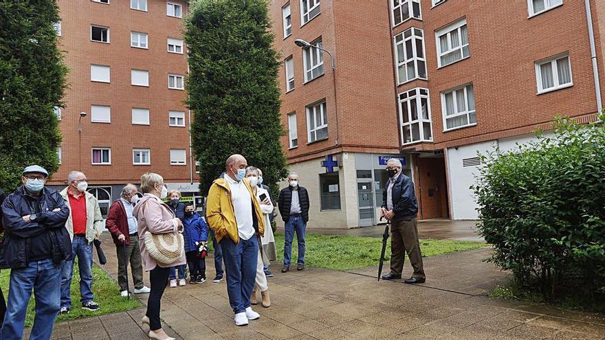 Vecinos de La Corredoria exigen que el Ayuntamiento cuide sus jardines