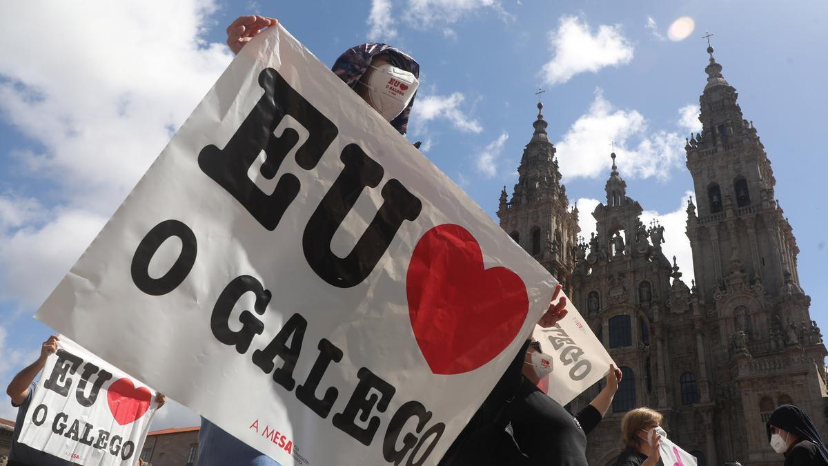 Miles de persoas enchen a Praza do Obradoiro en defensa do galego fronte á política lingüística da Xunta