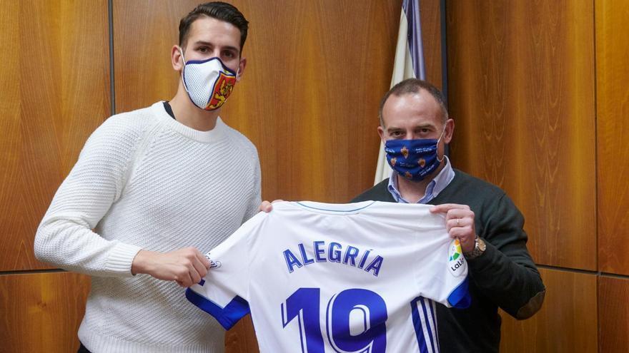 Álex Alegría ya posa con la camiseta del Real Zaragoza