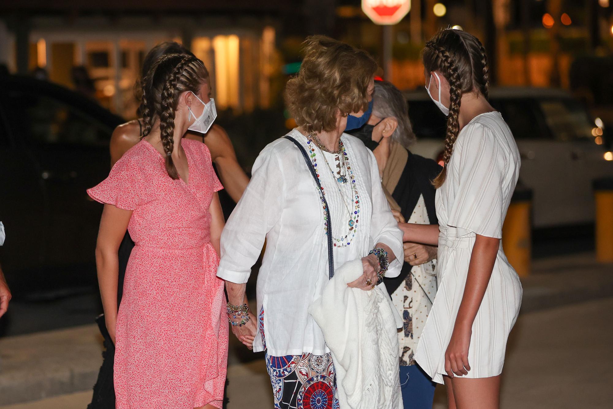 La reina Sofía reaparece en Palma de la mano de sus nietas en una cena de la Familia Real