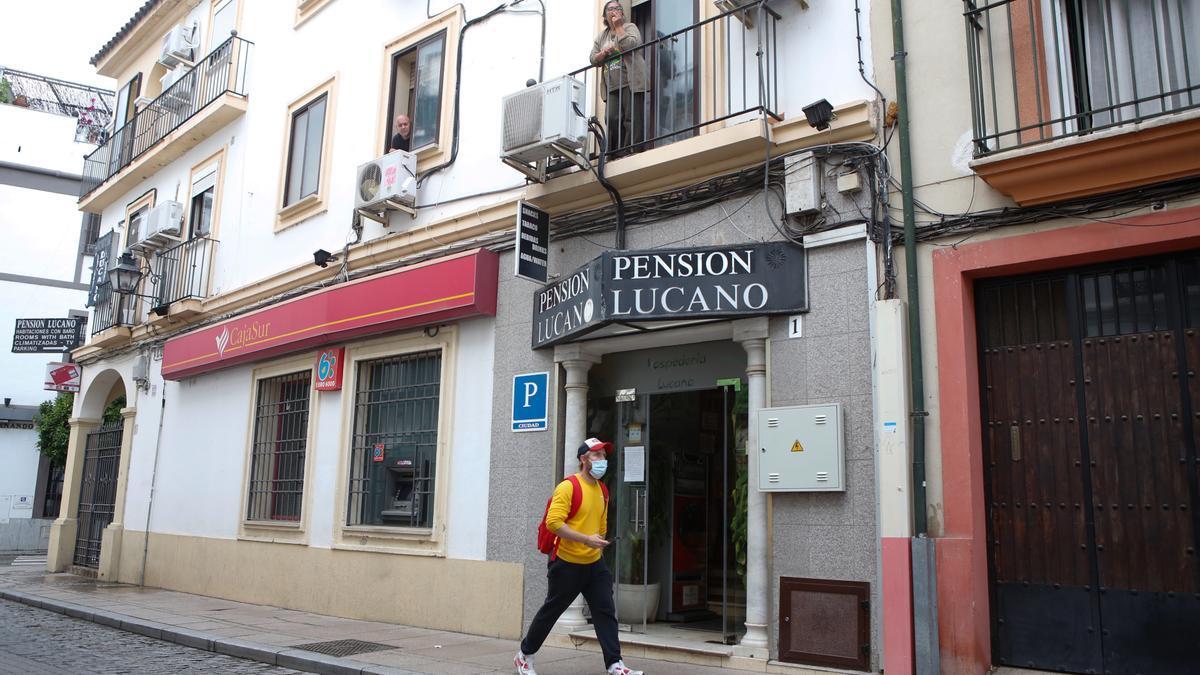 Exterior de la pensión Lucano, que ha atendido a personas sin hogar en los últimos meses.