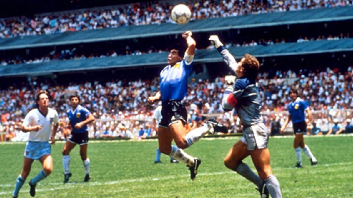 Maradona bate con la mano a los ingleses. | LNE