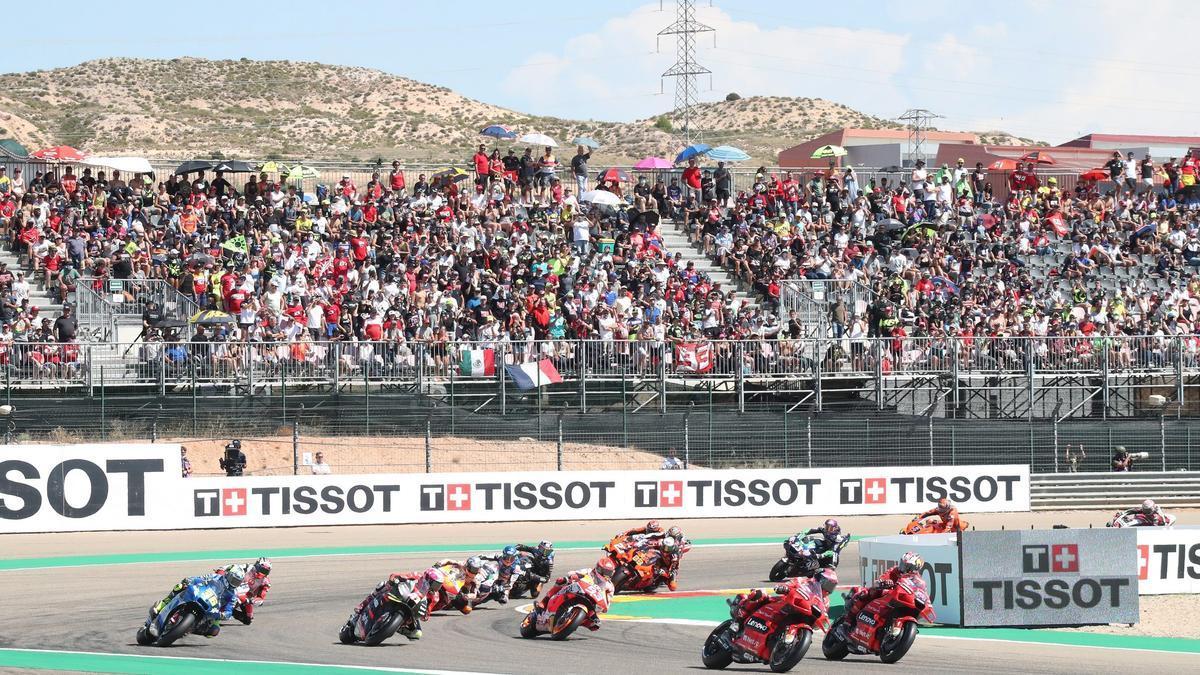 El público en la grada observa la primera curva de la carrera de MotoGP disputada este domingo en Motorland.