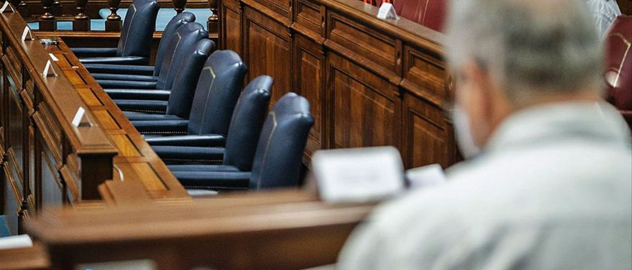 Aspecto de la bancada del Gobierno y el PSOE en la mañana de la sesión de ayer.