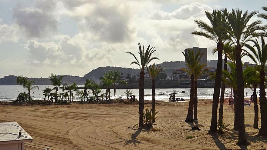 Un rodaje recrea un oasis en el Arenal de Xàbia