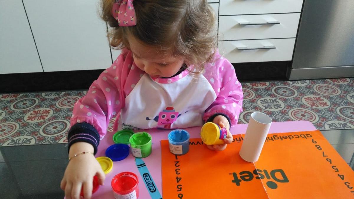 Una niña de 3 años realizando actividades durante el confinamiento por el coronavirus. // Cedida