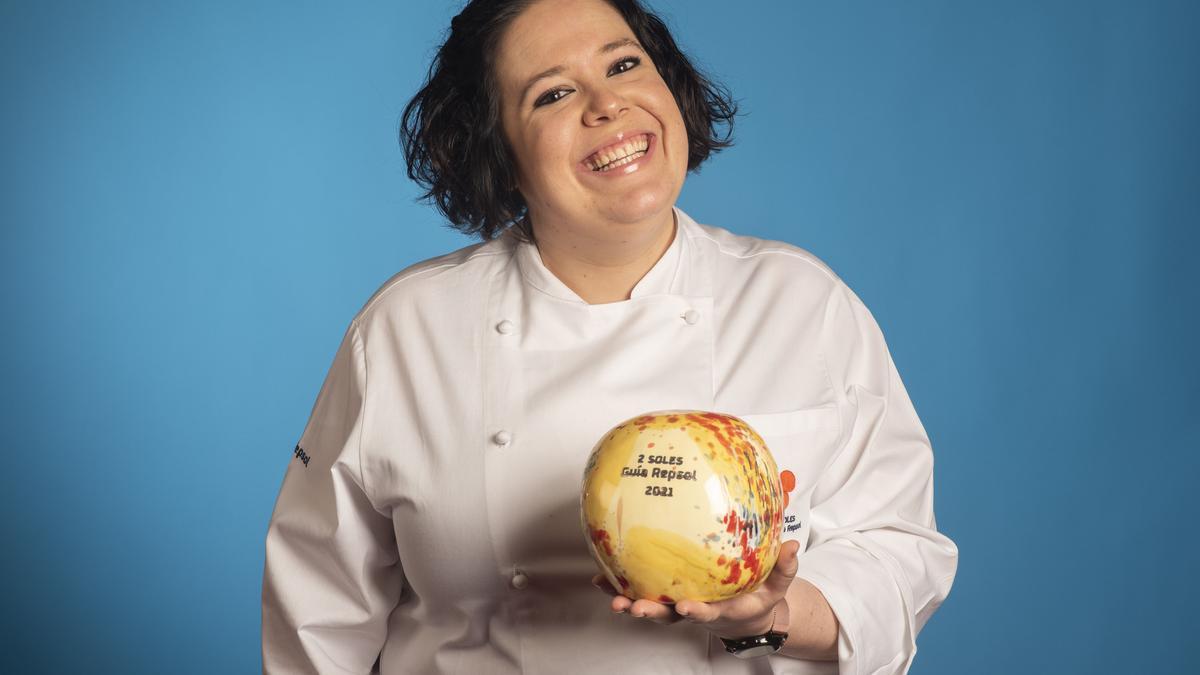 Aina Serra, la jefa de cocina de Casa Pepa de Ondara, posa con el segundo Sol