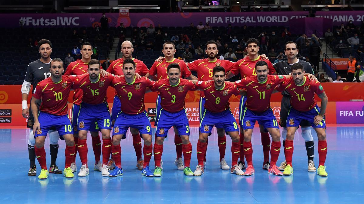 La selección española, con los cordobeses Bebé y Solano, en el partido ante la República Checa.