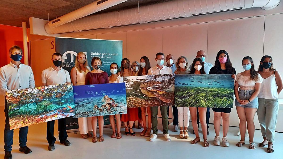 Las escuelas participantes recibieron una fotografía original de Manu San Félix. | FORO MARINO