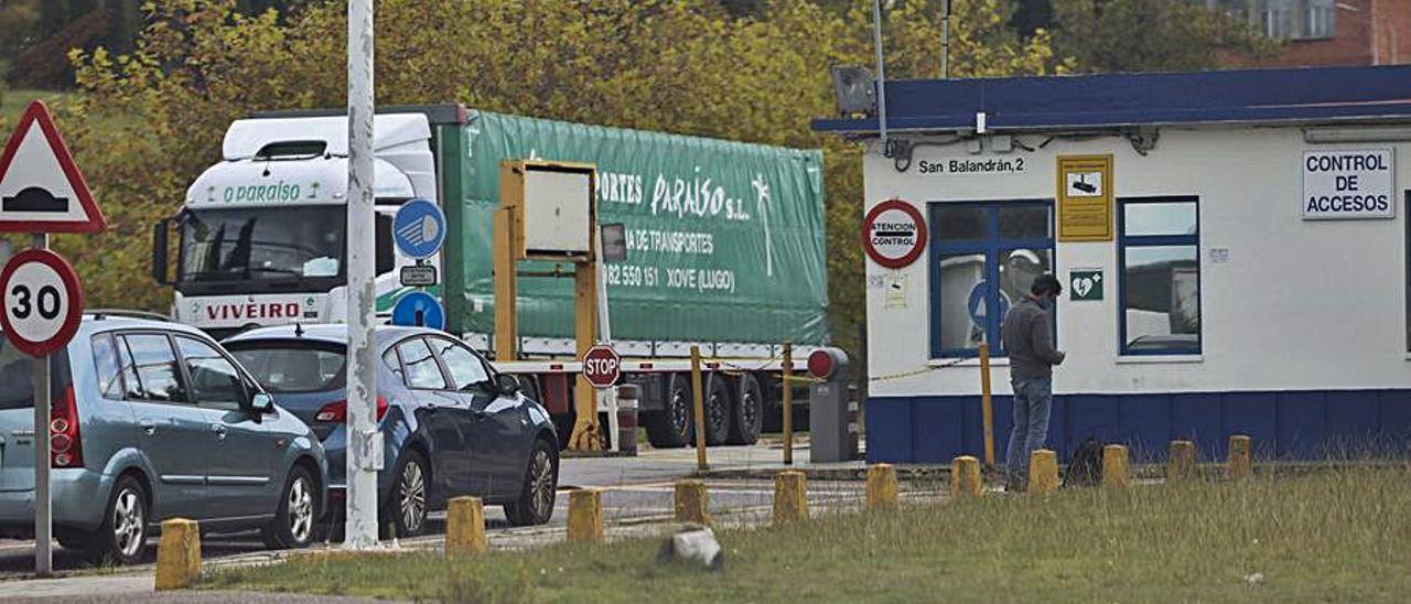 Un camión sale de las instalaciones de Alu Ibérica.   Ricardo Solís