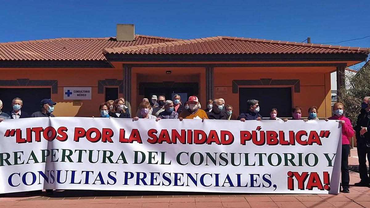 Vecinos de Litos se concentran a la puerta del consultorio, una medida que tomarán todos los martes hasta que consigan la consulta semanal. | Cedida