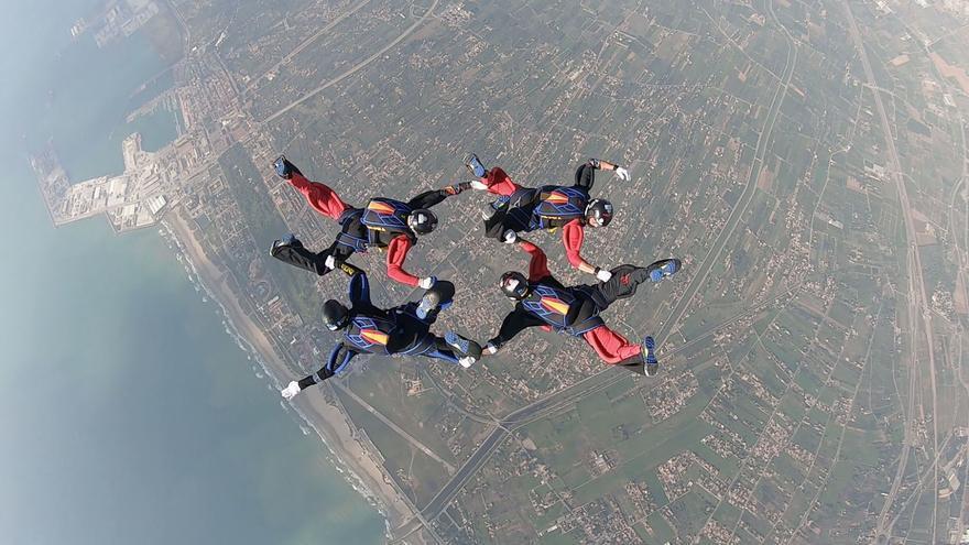 Así preparan los saltos de competición de paracaidismo